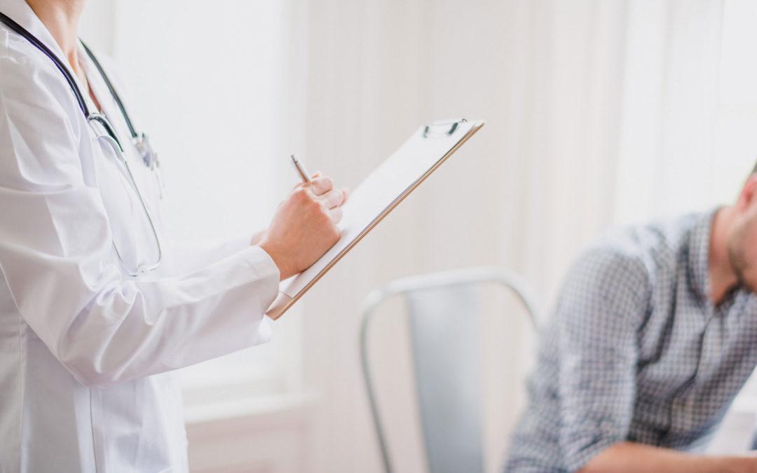 Investigación: la inteligencia emocional, esencial para el éxito de los médicos, disminuye en la escuela de medicina